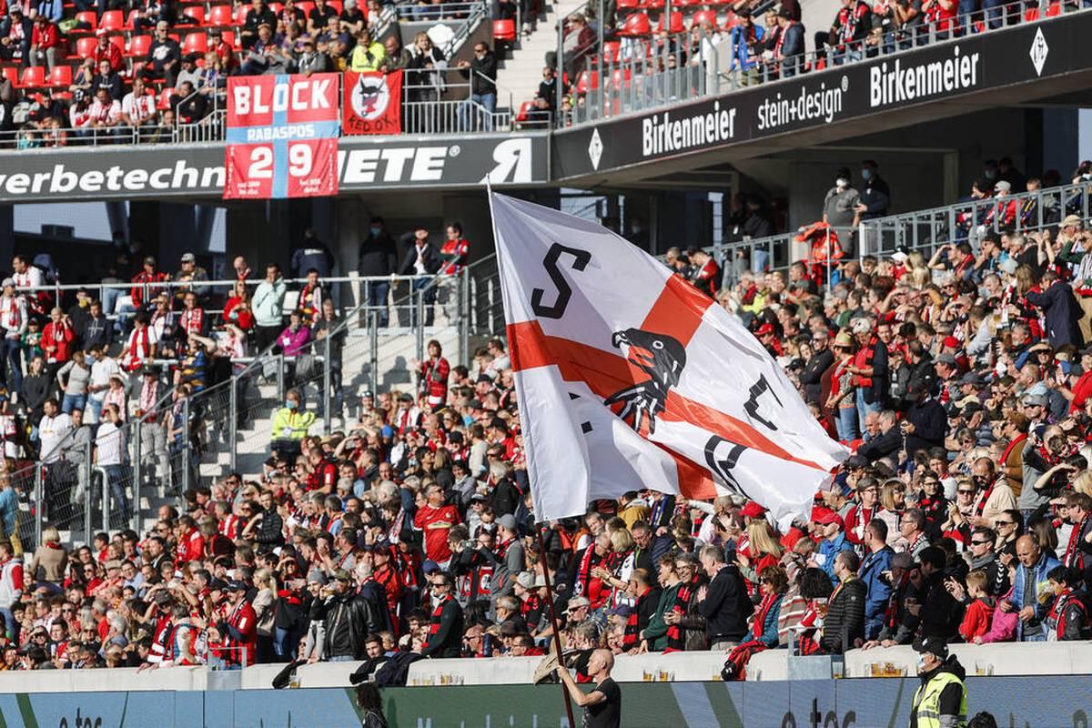 Beim Bundesliga-Spiel zwischen dem SC Freiburg und RB Leipzig muss ein Fan reanimiert werden. Die anderen Zuschauer reagieren.