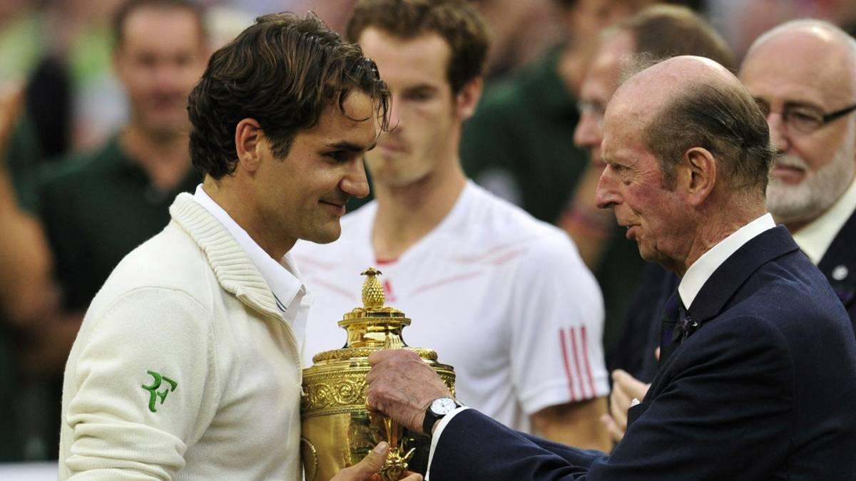 Prince Edward (r., hier vor einigen Jahren mit Roger Federer) wird in Wimbledon den Pokal nicht mehr überreichen