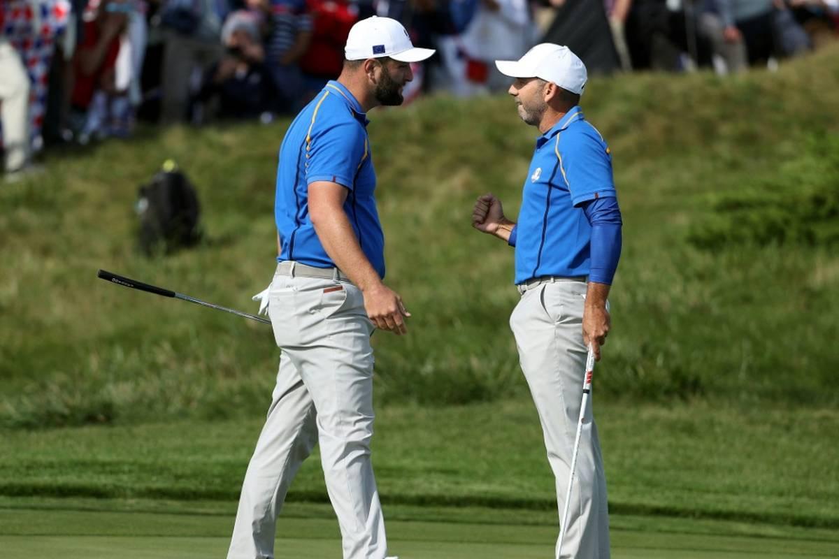 Das Team USA legt furios los beim 43. Ryder Cup - und wird seiner Favoritenrolle gegen Europa um Kapitän Martin Kaymer sofort gerecht.