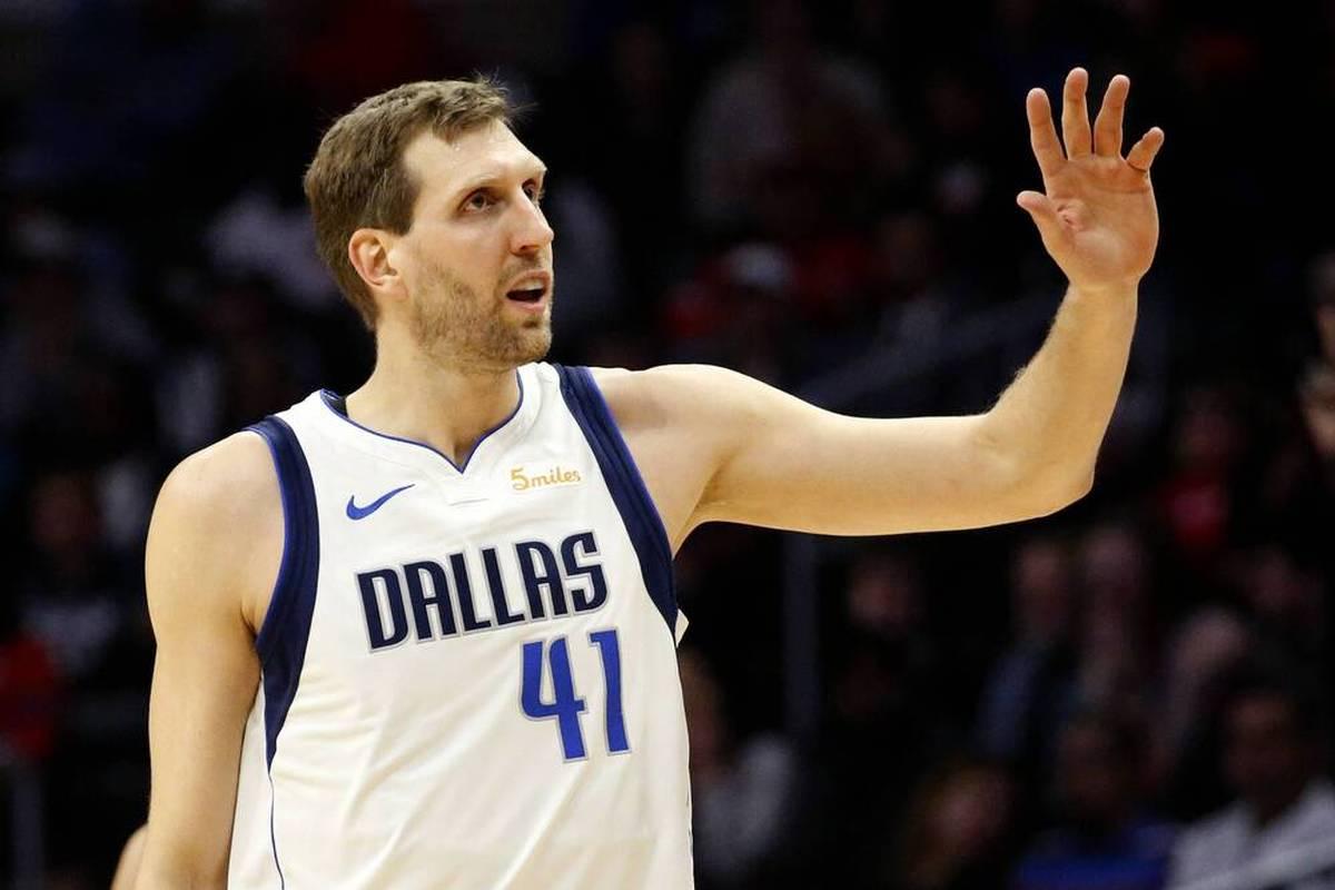 Die Dallas Mavericks könnten möglicherweise noch in diesem Jahr das Trikot von Dirk Nowitzki unter das Hallendach ziehen. Der Zeitpunkt hängt auch vom Deutschen selbst ab.