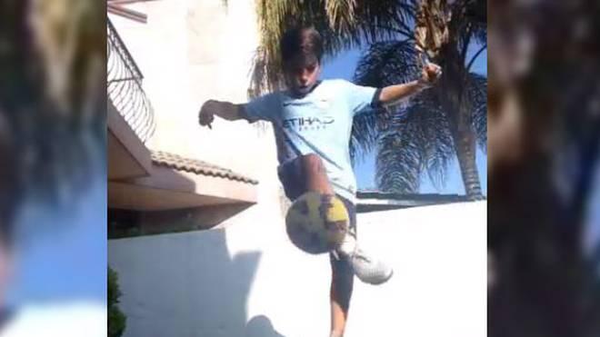 Junge spielt mit Fußball