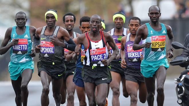 Eliud Kipchoge (2.v.l.) and Wilson Kipsang (r.) gelten als Favoriten beim Berlin-Marathon 2017