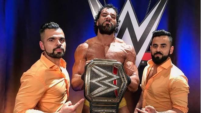 Jinder Mahal (M., mit den Singh Brothers) beleidigte bei WWE SmackDown Live Shinsuke Nakamura rassistisch