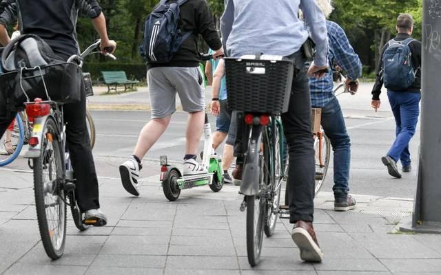 E-Tretroller dürfen auf Radwegen gefahren werden - nicht aber auf dem Gehweg