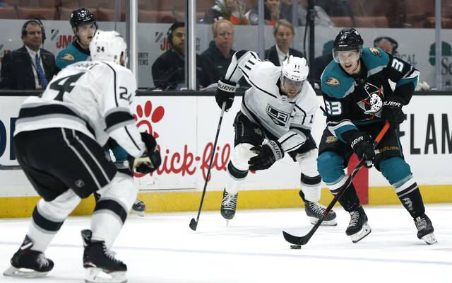 Los Angeles Kings v Anaheim Ducks Der Verteidiger (hier links im Bild) muss ständig den Puck im Blick haben und daher auch exzellent rückwarts fahren können