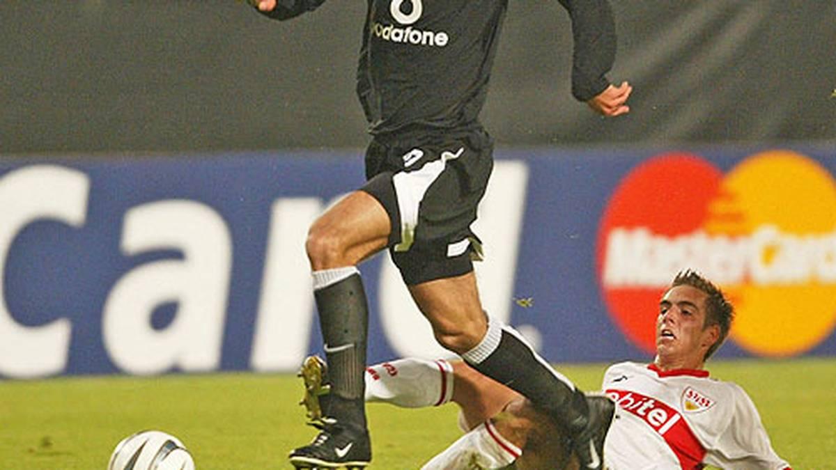 In seiner ersten Saison misst sich Lahm gleich mit den ganz Großen (hier Ruud van Nistelrooy). Der VfB begeistert international mit einem Sieg gegen Manchester United und erreicht das Achtelfinale der Champions League