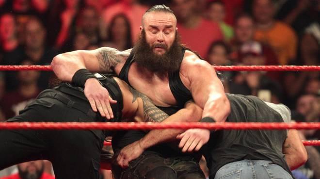 Braun Strowman (M.) bekam bei RAW von Roman Reigns und Bill Goldberg (r.) Saures