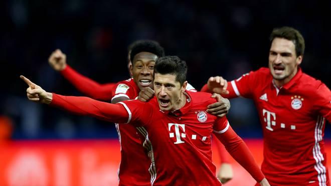 Robert Lewandowski (M.) erzielte den späten Ausgleich für den FC Bayern