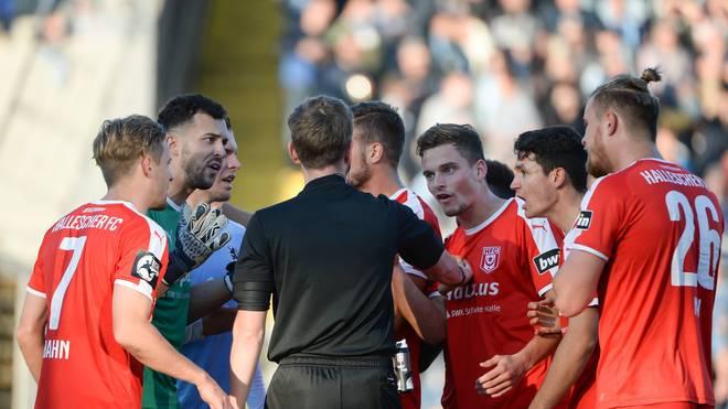 Die Spieler des Halleschen FC sind nicht gut auf Schiri Justus Zorn zu sprechen