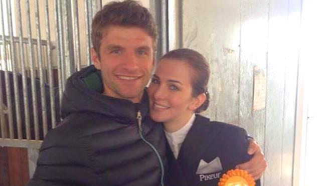 Stolz wie Oskar zeigt sich Thomas Müller mit seiner Frau Lisa auf Facebook.