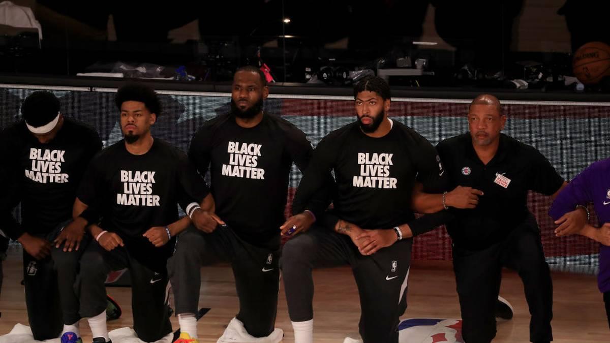 Die Lakers mit LeBron James (m.) und Anthony Davis (2.v.r.) knieten während der Nationalhymne