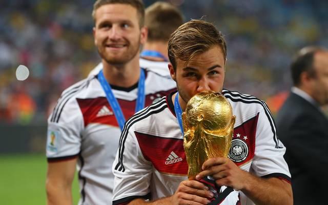 Mario Götze: Keine guten Erinnerungen an WM 2014 , Mario Götze mit dem WM-Pokal nach dem Sieg 2014 gegen Argentinien