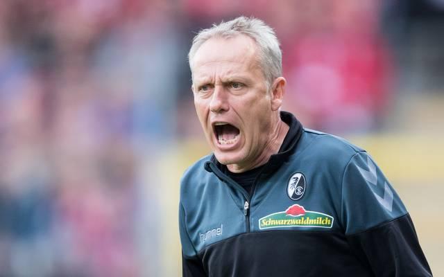 Christian Streich motiviert seine Spieler von der Seitenlinie aus