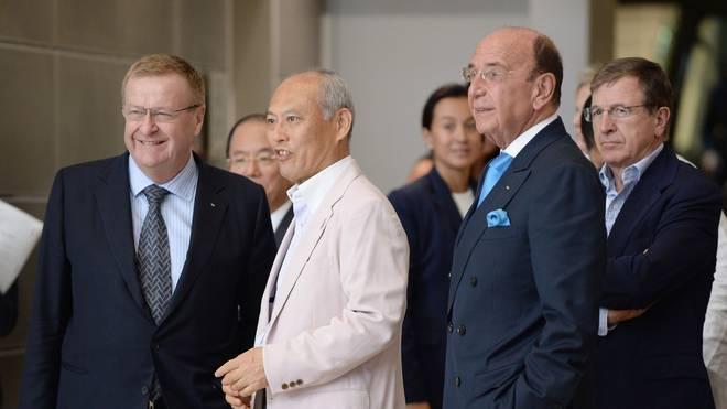 Ist sauer auf die Regierung: Tokios Gouverneur Yoichi Masuzoe (2. v. l.)