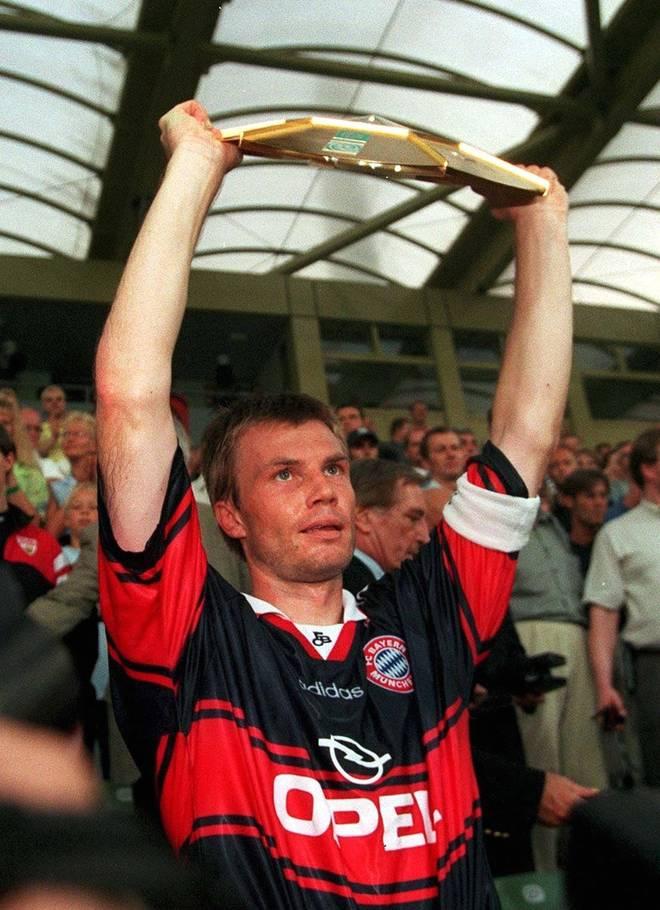 FUSSBALL: LIGA POKAL FINALE 1998 Leverkusen, 08.08.98 In seinen letzten beiden Jahren in München führte er das Team als Kapitän aufs Feld und nahm die Trophäen als Erster in Empfang