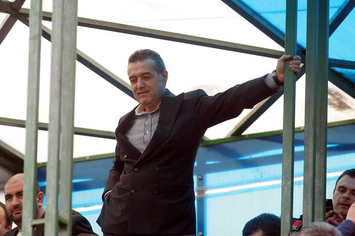 Beim FCSB Bukarest fallen immer wieder Spieler aus, weil sie sich mit Corona infiziert haben. Impfungen sind im Team verboten - vom Präsidenten höchstpersönlich.