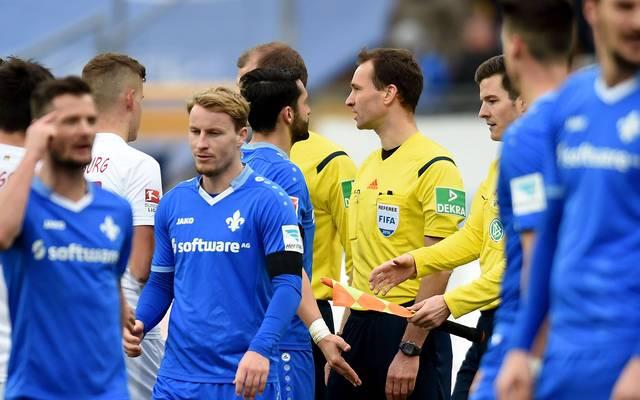 Spieler von Darmstadt beim Schiedsrichter