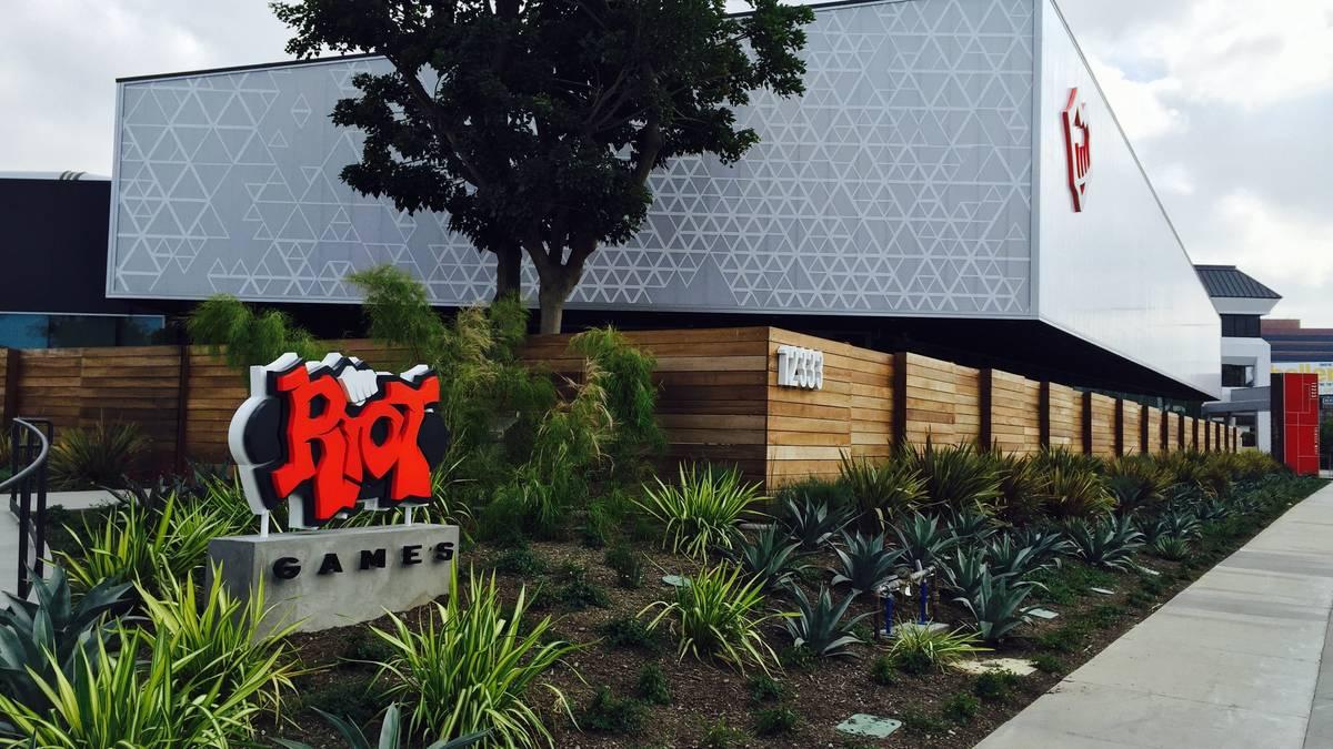 Riot Games CEO Nicolo Laurent sieht sich gegenwärtig mit der Anzeige einer ehemaligen Mitarbeiterin konfrontiert. Diese sei angeblich unsittlich von ihrem früheren Vorgesetzten angegangen worden.