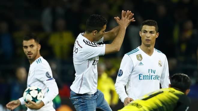 Auch ein Flitzer imitierte nach dem Spiel den typischen Ronaldo-Jubel