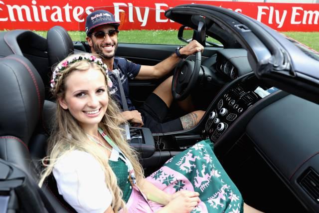Daniel Ricciardo absolvierte beim Österreich-GP 2017 mit einer Hostess schon einmal ein Spritzfahrt im Aston Martin