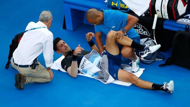 Novak Djokovic muss sich gegen Albert Ramos-Vinolas behandeln lassen
