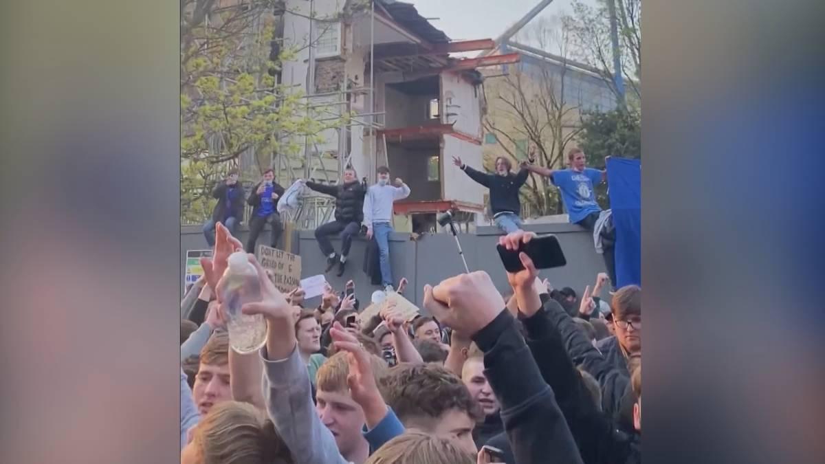 Vor dem Ligaspiel gegen Brighton protestieren hunderte Chelsea-Fans gegen die Super League. Im Laufe des Abends weicht die Wut dann aber der Freude.