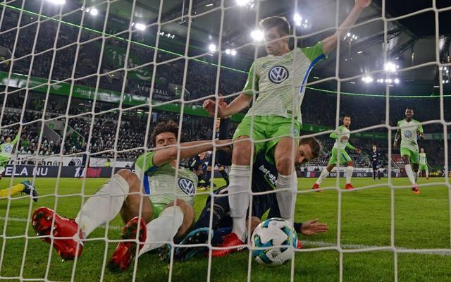 Mario Gomez (l.) stand beim Tor-Festival in Wolfsburg mehrfach im Fokus
