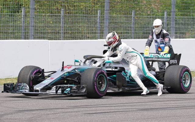 Lewis Hamilton versucht vergeblich, seinen Mercedes in die Garage zu schieben
