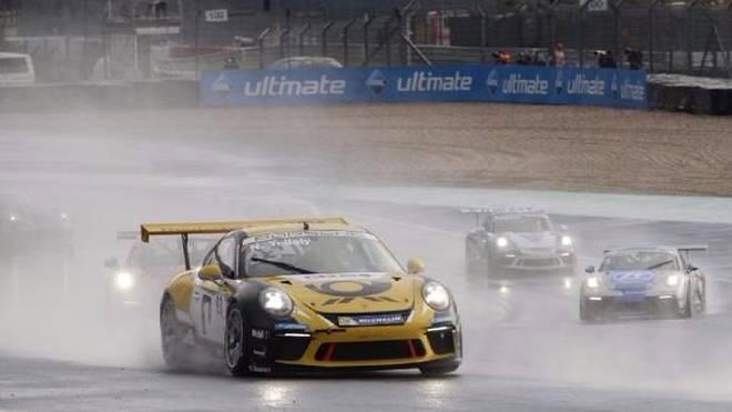 Die Konkurrenz im Regen stehen gelassen: Rennsieger Nick Yelloly