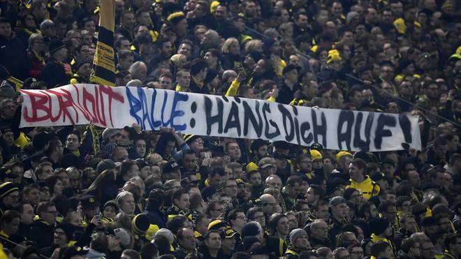 Beim Spiel Borussia Dortmund - RB Leipzig wurde Ralf Rangnick mit einem geschmacklosen Plakat beleidigt