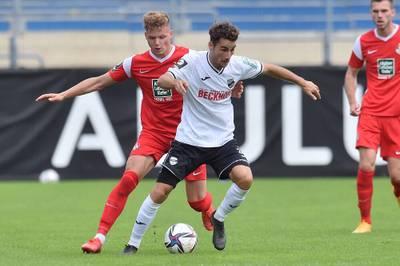 Der 1. FC Kaiserslautern befreit sich in der 3. Liga dank des ersten Auswärtssiegs. Viktoria Berlin verpasst durch eine Pleite in Freiburg den Sprung an die Spitze.