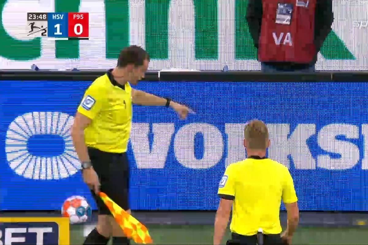 Im Traditionsduell der 2. Bundesliga zwischen dem Hamburger SV und Fortuna Düsseldorf kommt es zu unschönen Szenen. Ein Linienrichter wird von einem Wurfgeschoss getroffen.