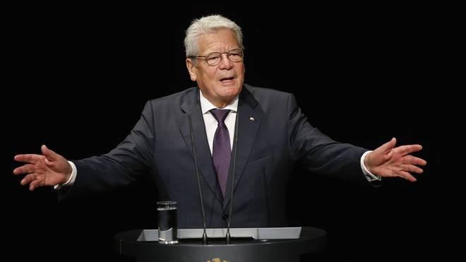 Bundespräsident Joachim Gauck erhält eine Auszeichnung vom DOSB