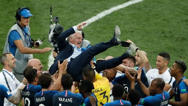 Trainer Didier Deschamps wurde von seinen Spielern nach dem Abpfiff des WM-Finales mehrfach in die Luft geworfen