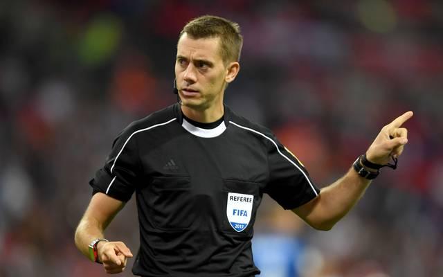 Referee Clement Turpin leitet die Partie zwischen Dortmund und Tottenham