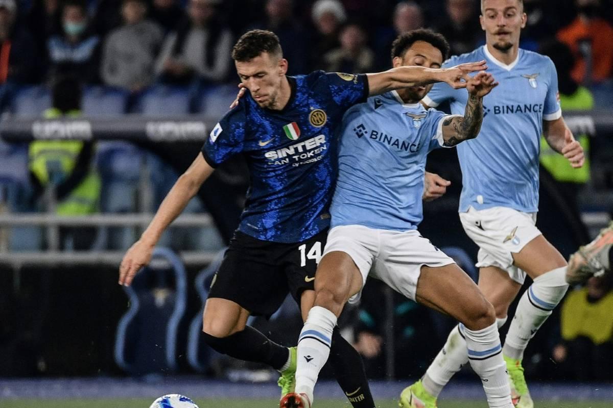 Inter Mailand erleidet bei seiner angestrebten Titelverteidigung einen ersten schweren Rückschlag. Stadtrivale AC Mailand übernimmt derweil die Tabellenführung.