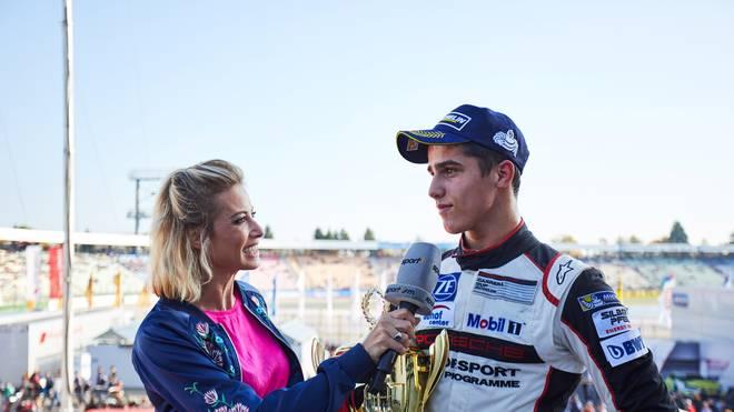 Sarah Valentina wird die Porsche-Piloten (r.: Thomas Preining) interviewen