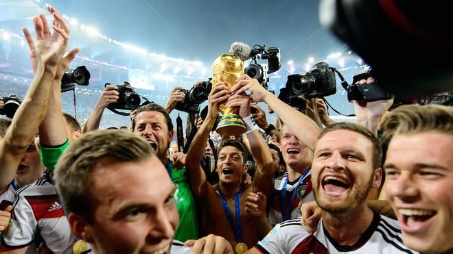 Mesut Özil: DFB-Team gratuliert zum 30. Geburtstag , Mesut Özil wurde 2014 mit Deutschland Weltmeister