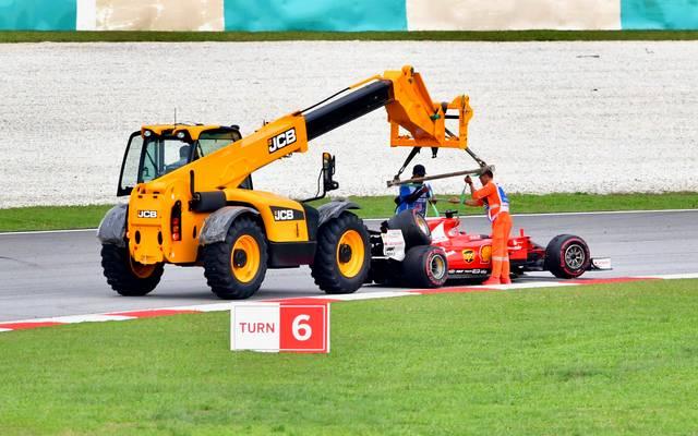 Der Ferrari von Sebastian Vettel musste nach dem Crash mit Stroll abgeschleppt werden