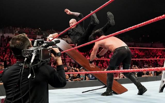 Seth Rollins (r.) trat bei WWE Monday Night RAW in einem TLC Match gegen Baron Corbin an