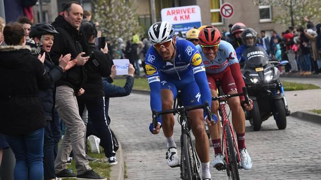 Nils Politt (r.) musste sich beim Klassiker von Paris nach Roubaix im Endspurt Philippe Gilbert geschlagen geben