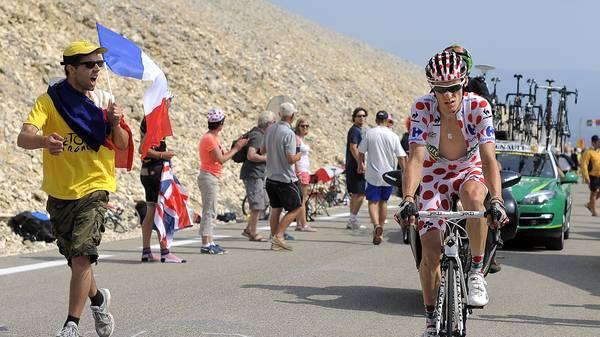 Ein Radfahrer im gepunkteten Trikot quält sich den Berg hoch