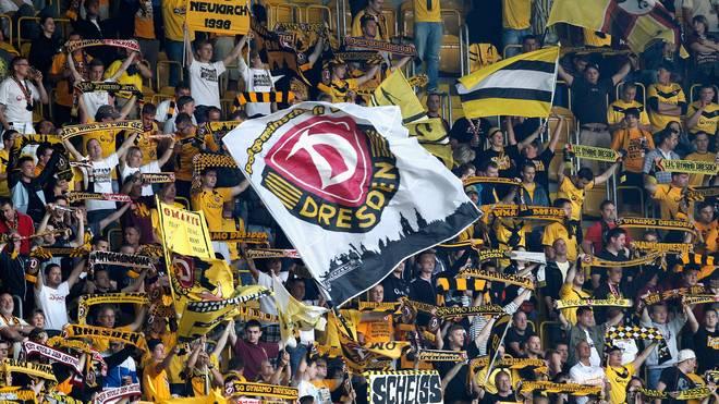 Sportplatz statt Zweitligastadion hieß es für die feiernden Fans von Dynamo Dresden, die für ordentlich Stimmung bei einem Amateurverein in Fürth sorgten