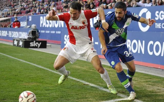 Markus Feulner vom FC Augsburg im Zweikampf mit Ricardo Rodriguez vom VfL Wolfsburg