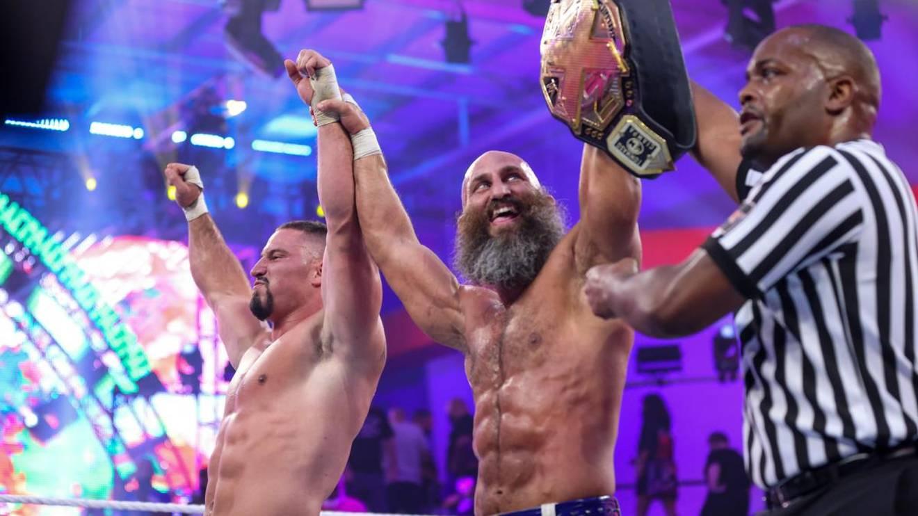 WWE-Stars Bron Breakker (l.) und Tommaso Ciampa feiern ihren Sieg bei NXT 2.0