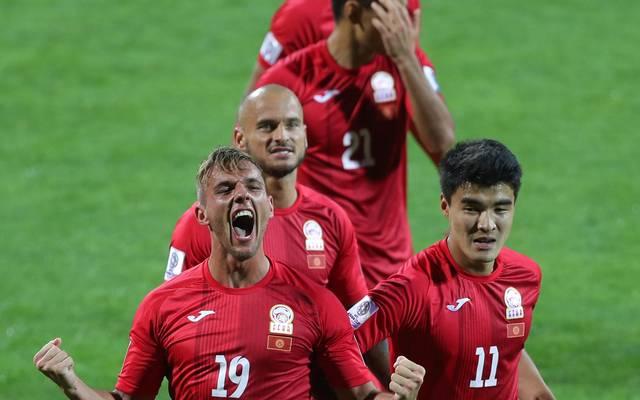 Vitalij Lux (l.) schoss Kirgisistan im Alleingang ins Achtelfinale des Asien-Cups
