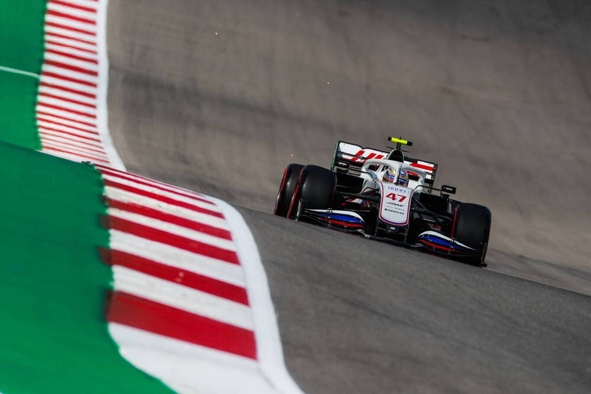 Weltmeister Lewis Hamilton und Mercedes haben im ersten freien Training ihre Favoritenstellung für den Großen Preis der USA untermauert.