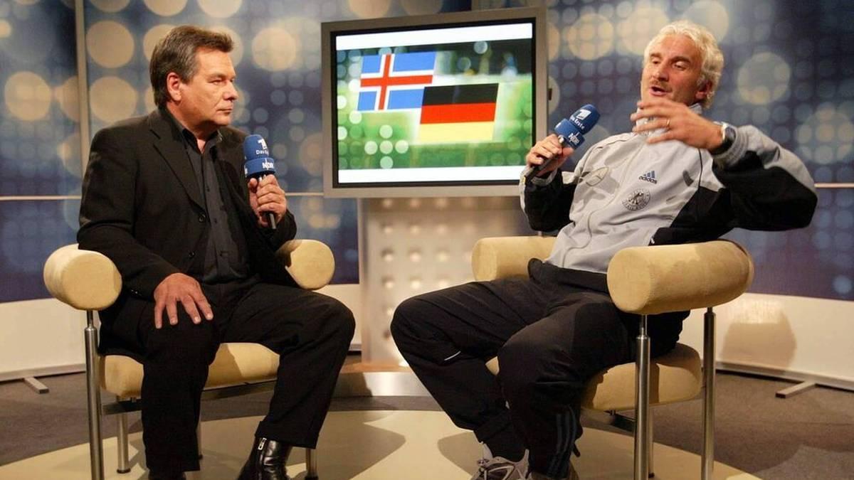 Teamchef Rudi Völler (re.) verteidigt wütend im Interview mit ARD-Moderator Waldemar Hartmann die dürftige Leistung seines Teams auf Island