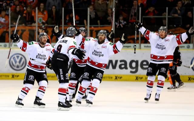 Kölner Haie feiern Sieg gegen Krefeld Pinguine