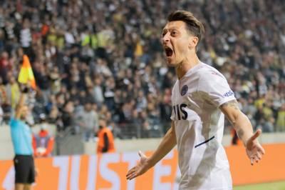 Mesut Özil erlebt in der Europa League bei Eintracht Frankfurt eine emotionale Deutschland-Rückkehr. Sportlich könnte der Auftritt ein Wendepunkt sein.
